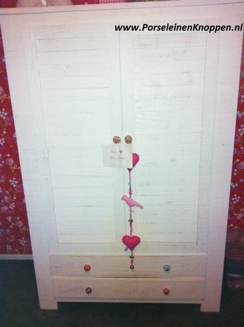 Babykamer van Heidi met porseleinen knoppen