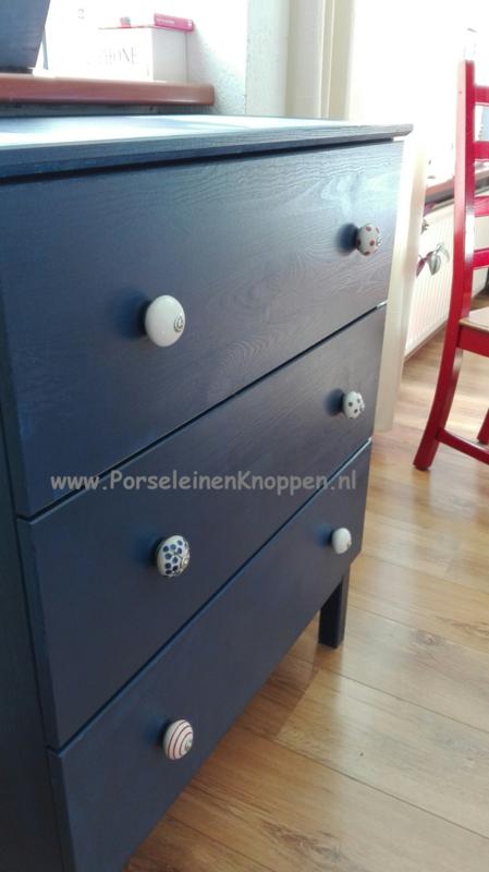 Klantfoto Ikea-kast met porseleinen kastknoppen van Roelien