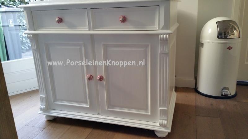 Klantfoto Commode met roze deurknopjes
