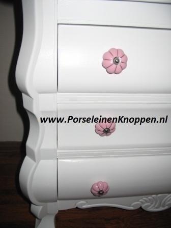 Buikkastje van caroline met roze porseleinen kastknoppen