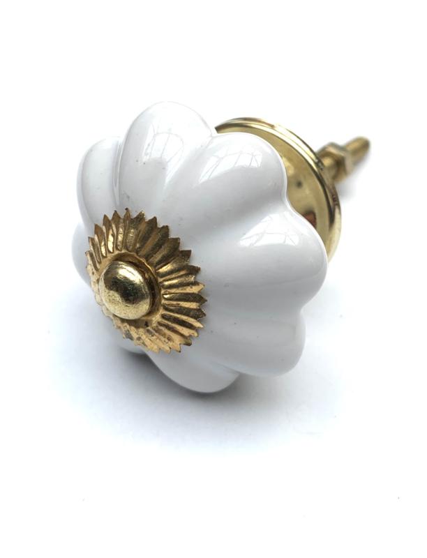 Witte kastknop met goudkleurig  kroontje