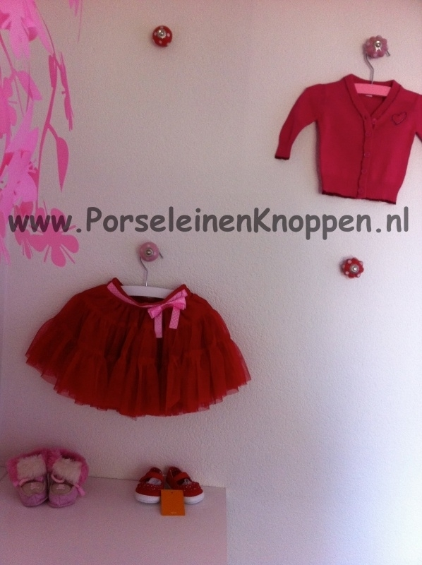 Klantfoto Babykamer met kastknoppen in de muur als kapstokken