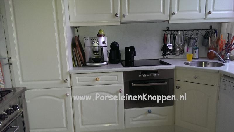 20 verschillende kastknoppen en deurknoppen op een keuken