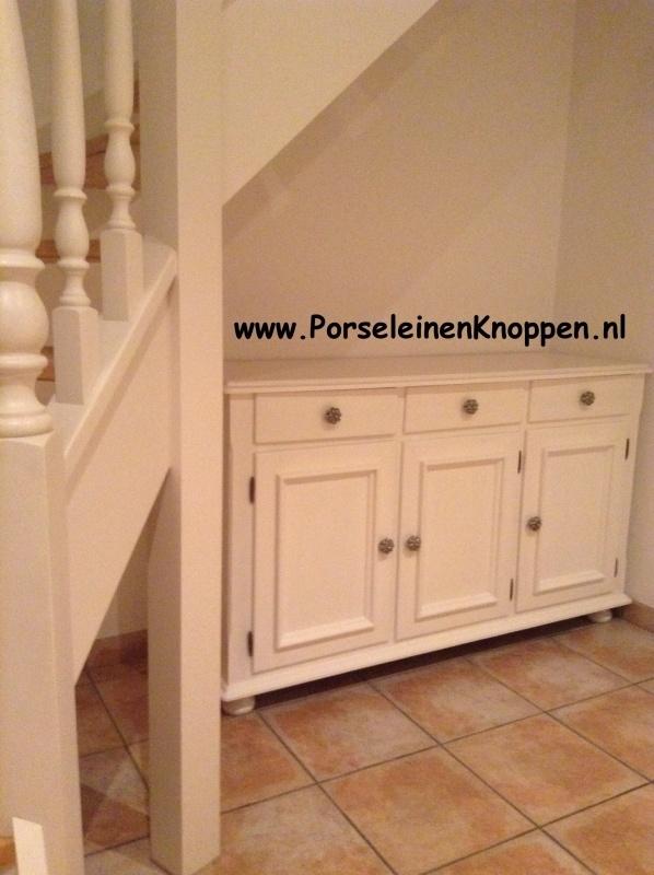 Klantfoto Kast met porseleinen kastnoppen onder de trap