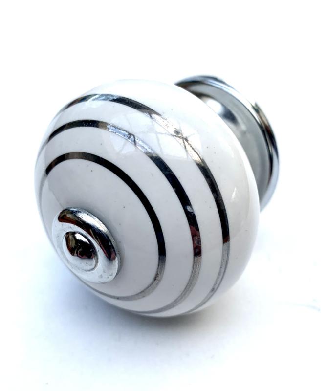 Porseleinen kastknop met zilveren strepen