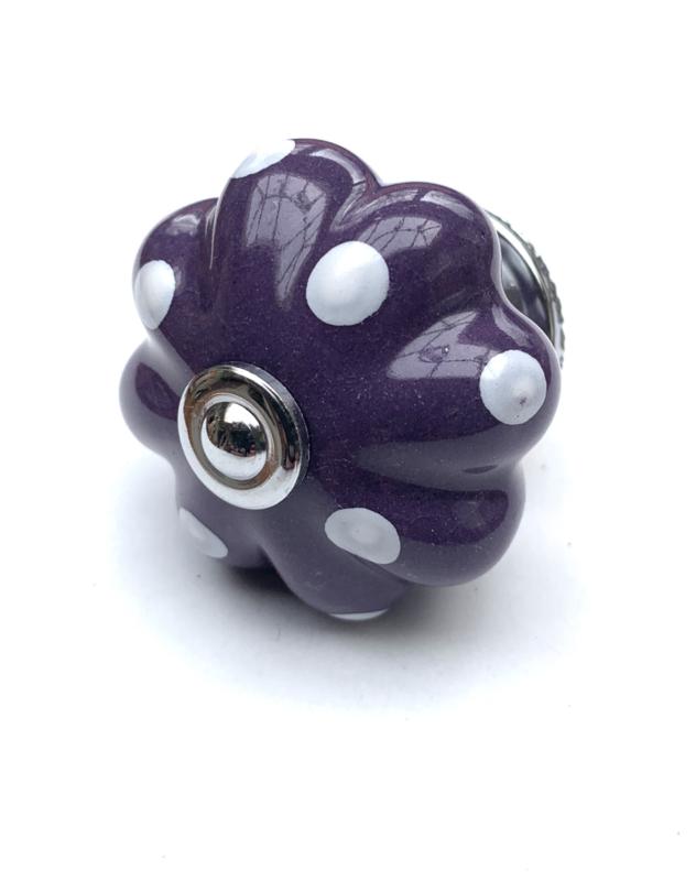 Paarse kastknop met witte stippen
