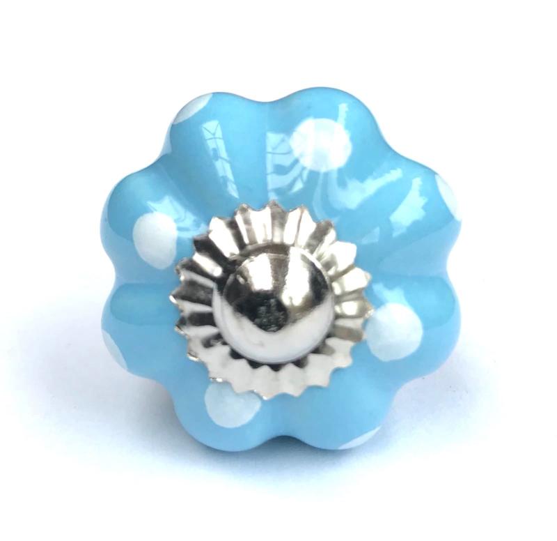Blauwe deurknop met witte stippen