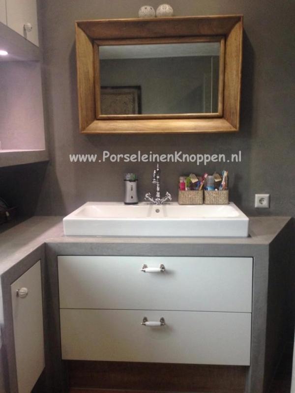 Klantfoto Strakke badkamer met mooie kastknopjes en deurknoppen van Miranda