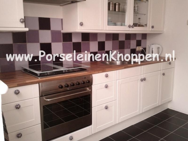 Klantfoto Keuken met Kleurrijke kastknoppen www.PorseleinenKnoppen.nl