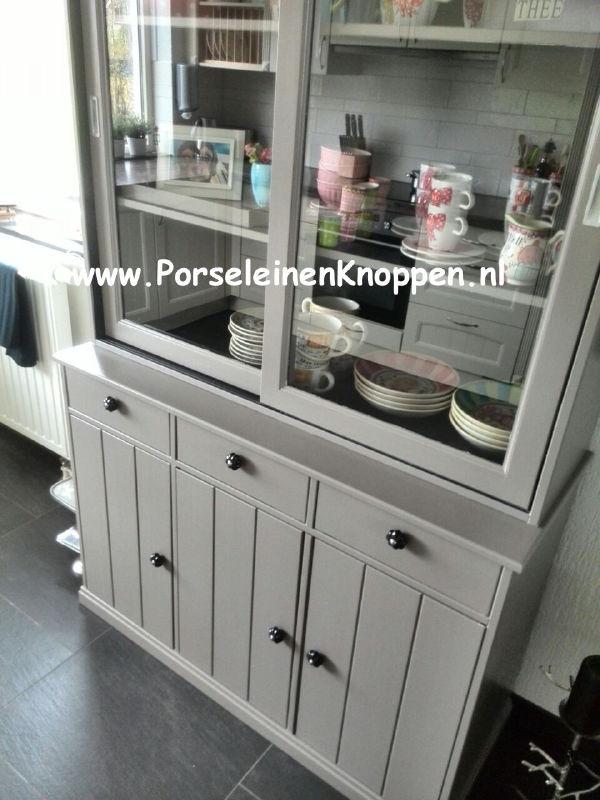 Klantfoto Grijze buffetkast met porseleinen deurknoppen.