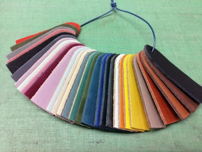 Splitleer diverse kleuren bij afname vanaf 25 stuks. Vraag naar de mogelijkheden via info@jageafournituren.nl