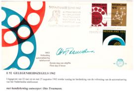E52 Gesigneerd door Ontwerper: Otto Treumann met open klep
