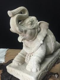 Olfant wit massief, 74cm lang, 65cm hoog.