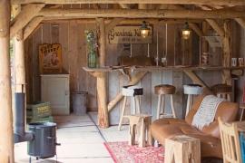 Bar krukken van Teakhout en geitenvel, 77cm hoog.