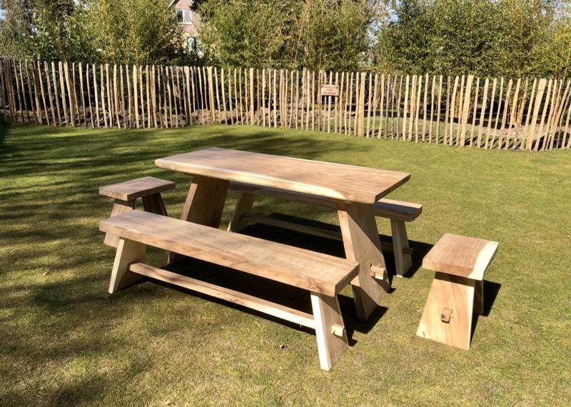 Suar set tafel 150 cm 2 banken met 2 stoelen
