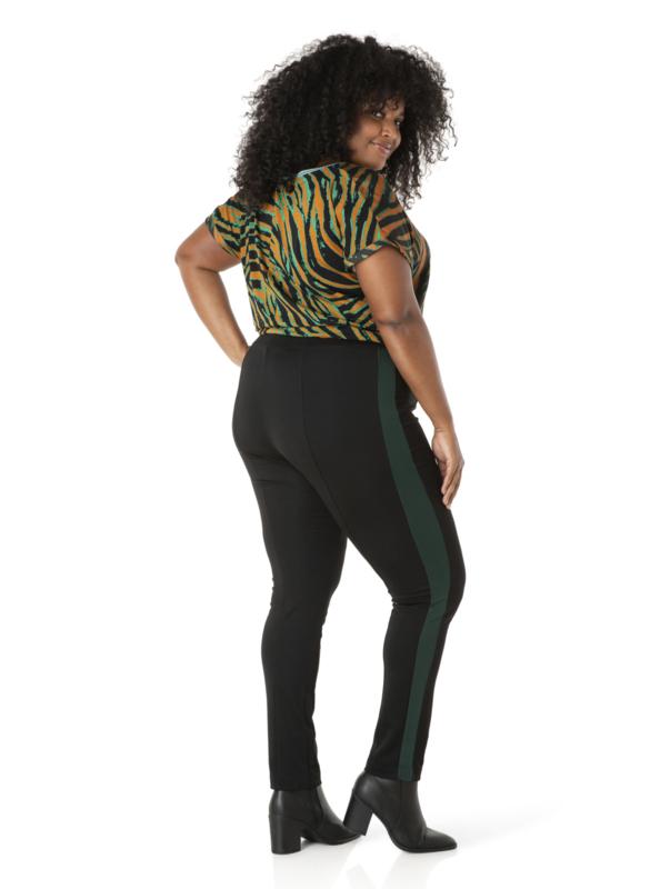 groene streep op zwarte broek