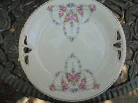 Gebakschaal met guirlandertjes van roze roosjes en paarse bloemetjes Koeningszult Bavaria