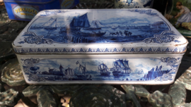 Blauw / Wit Verkade blik met diverse oude (zeil) boten