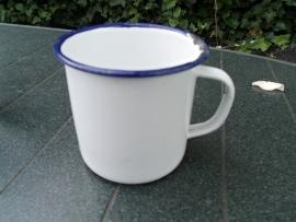 Emaille witte melkkroes met blauwe bies