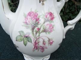 Koffiepot Mitterteich Bavaria met wilde roze struik roos