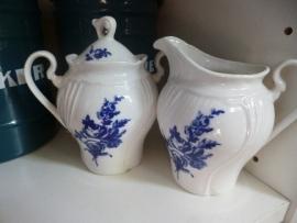 Roomstel met blauw bloemboeket / roos