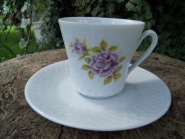 Kop en schotel met paarse bloem / roos