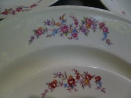 Grote ronde serveerschaal met roze roosjes en bloemetjes