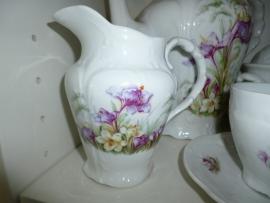 Romantische Brussels Porseleine Melkkan met paarse en witte viooltjes
