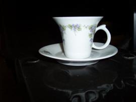 Koffie Kop en schotel met paarse mini viooltjes guirlandertje