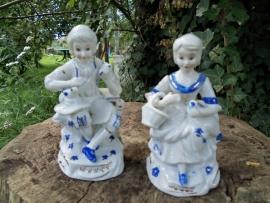 2 Barok beelden van man en vrouw in middeleeuwse kledij blauw/wit
