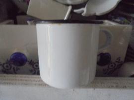 Emaille witte melkkroes met zwarte bies
