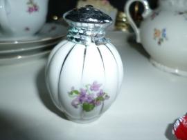 Schattig porseleine zout of peperstrooiertje met lieve viooltjes