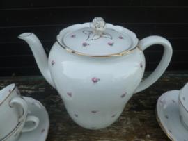 Koffie/Theepot met tere zachtroze mini roosjes en prachtige rozenknop op het deksel