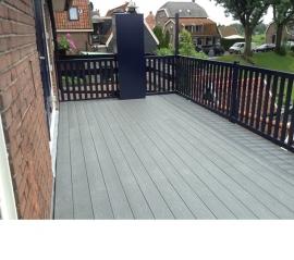 Balkon van planken met houtstructuur