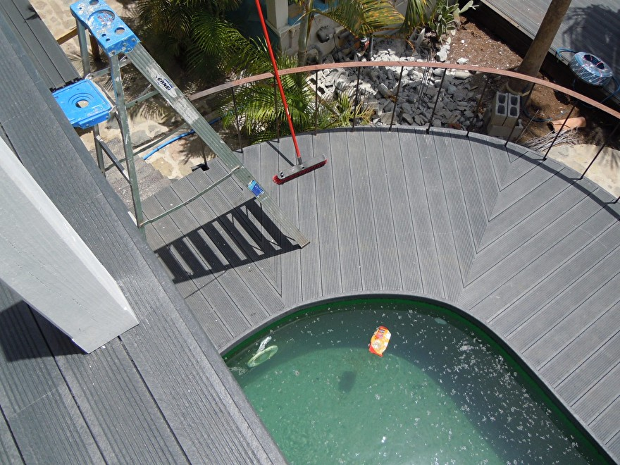 Bovenaanzicht kunststof terras zwembad