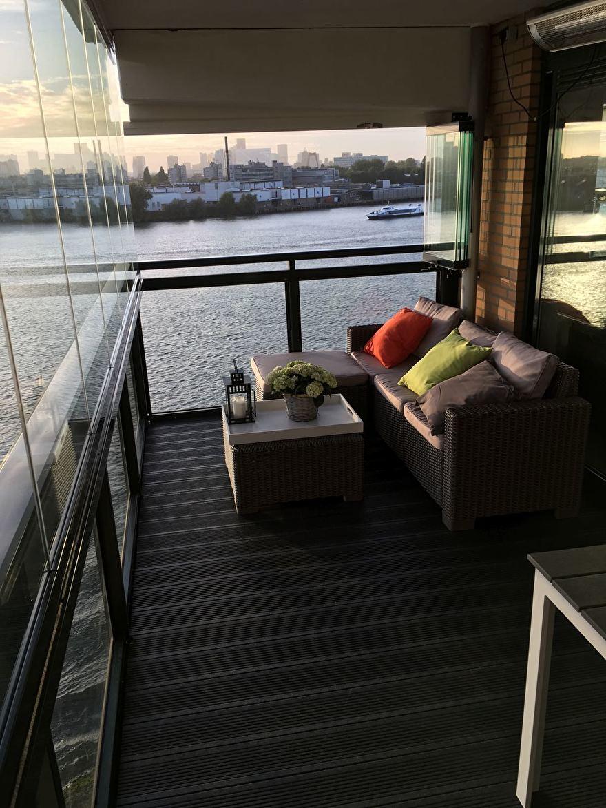 Kunststof antraciet terras met uitzicht op Rotterdam