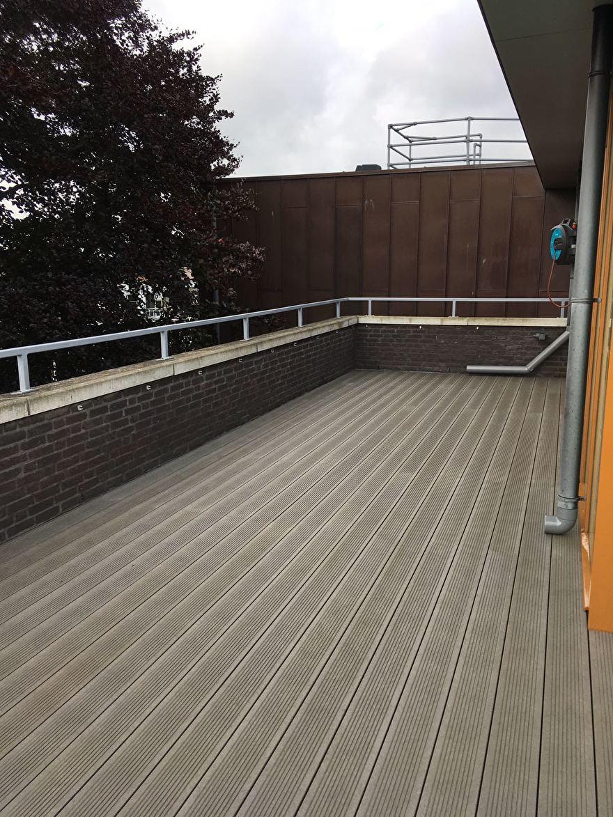 Kunststof terrasplanken met de ribbelstructuur boven.