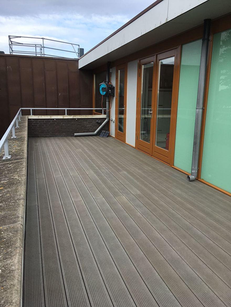 Kunststof terras gemonteerd op het dakterras van een Penthouse.