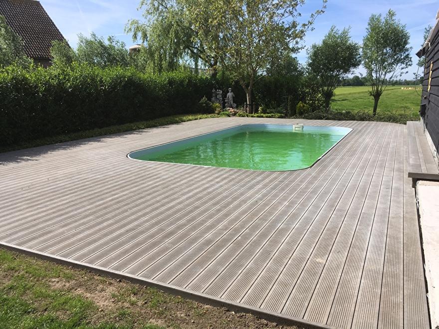 Kunststof terras rondom zwembad, uitvoering Taupe