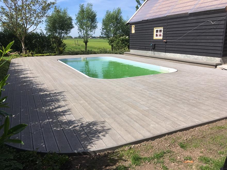 Modieus kunststof terras met daarin een pool