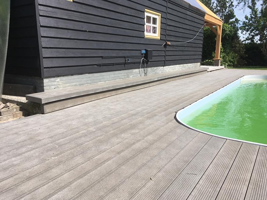 Zwembad omringt door een Kunststof vlonder kleur Taupe