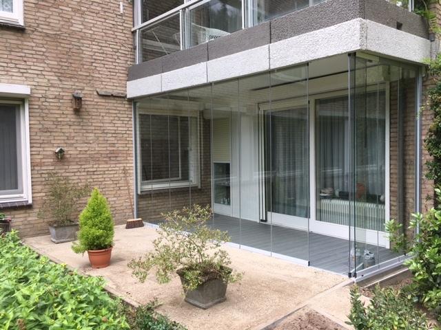 Kunststof terras gemonteerd en tuin bestraat