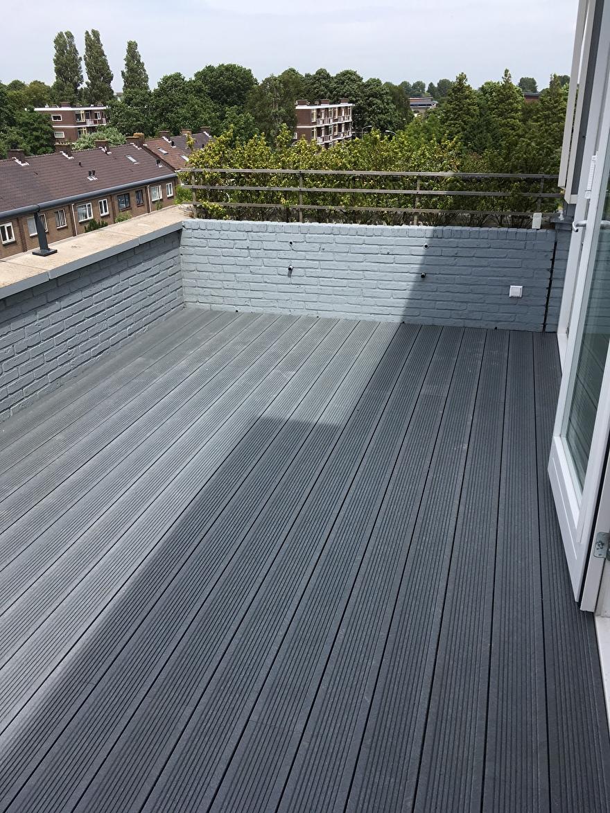 Dakterras met grijze kunststof terrasplanken