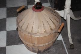 Wijnfles in gevlochten mand