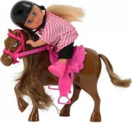 Evi Love pop op paard