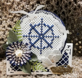 Creatables LR0552 Anja's lacy folding die: circle