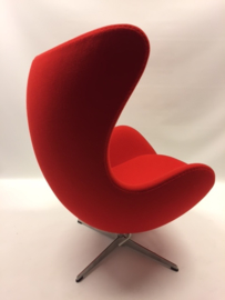 Design Arne Jacobsen egg chair produced by Fritz Hansen