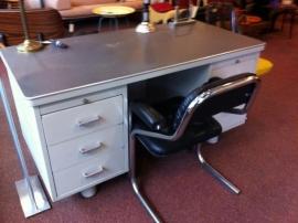 Origineel groot industrieel Gispen bureau/Industrial Gispen desk 1950/60