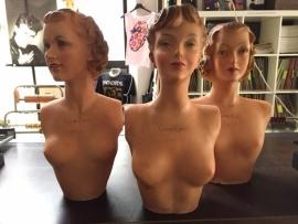 Prachtige levensgrote etalage bustes van Champ Elysee Paris