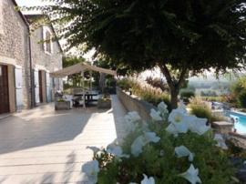 Frankrijk | Charente | Salles Lavalette  |  Groot Familiehuis | Vraagprijs: € 895.000,--